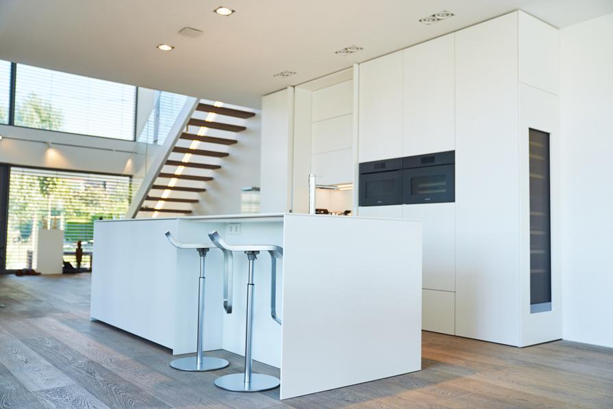 moderne Küche mit weißen Schleiflackfronten